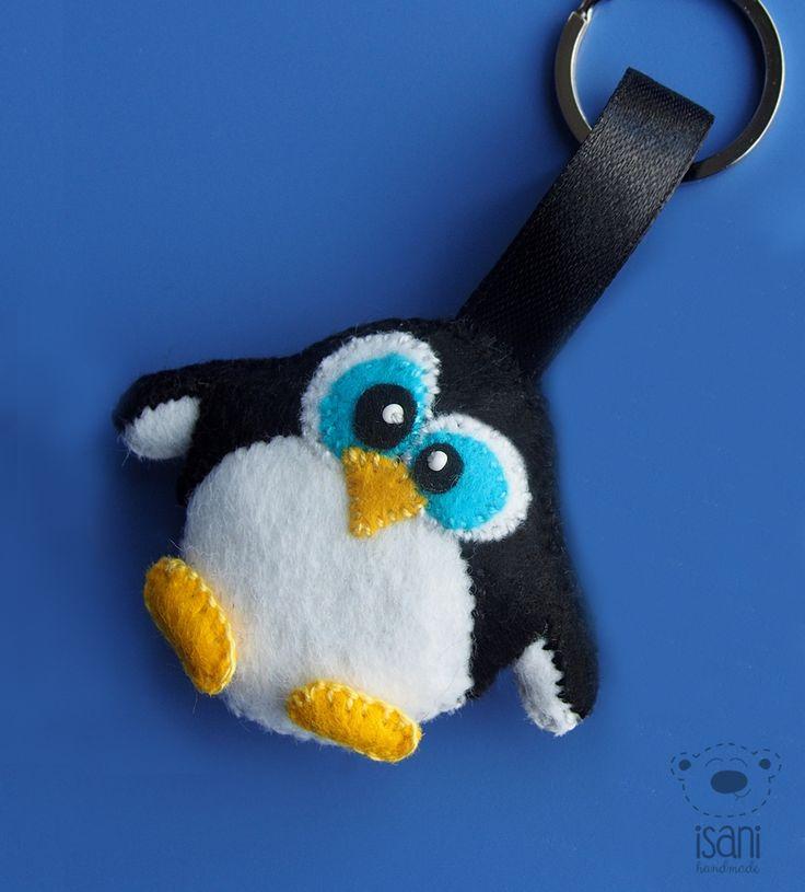Breloczek z filcu Pingwin. Projekt uszyty ręcznie według mojego rysunku w szkicowniku. Pingwinek uszyty z filcu i wypchany watoliną. Wielkość kolegi to szerokość 6,5cm, wysokość 5,5 cm.