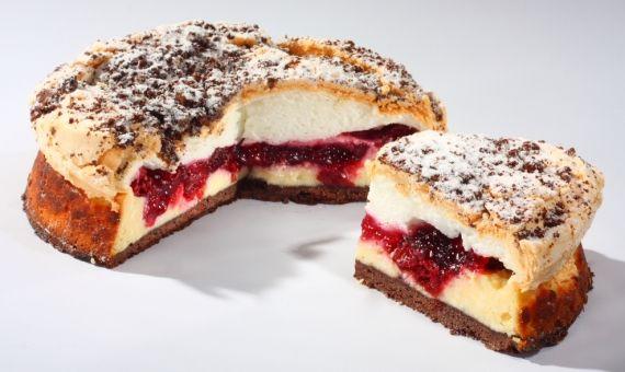 Sernik Ricotta Doskonałe połączenie ciasta z wilgotnym, słodkim serem Ricotta. Charakterystyczny smak dają wiśnie przykryte waniliową masą bezową. Wierzch pokrywa maślana kruszonka czekoladowa z dekoracją z cukru pudru.