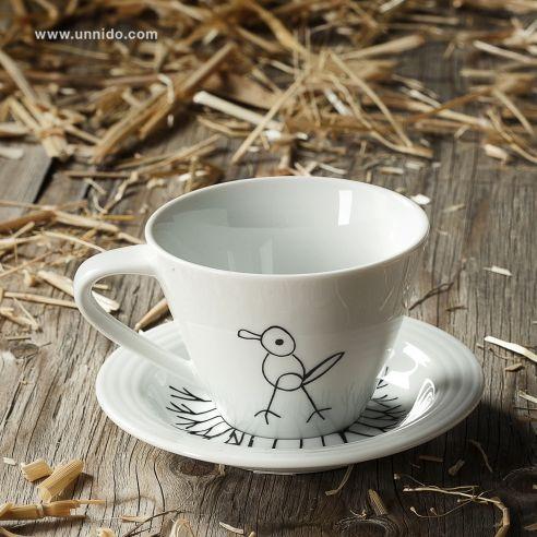 """#Taza mediana con plato """"Pájaro"""". Ilustración e impresión de las tazas realizadas por personas con #discapacidad intelectual. Estas tazas de cerámica pueden meterse en el microondas y en el lavavajillas. Disponible en www.unnido.com"""