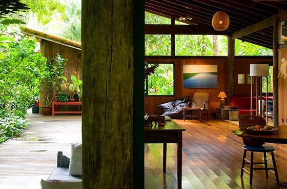 熱帯雨林のワイドな景観、美しい山小屋風の木造別荘 in ブラジル