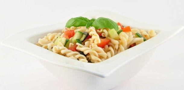 Deze pastasalade is vooral lekker om koud te eten. Dus ideaal als lunch vanuit een lunchbox of maar ook als bijgerecht bij bijvoorbeeld een BBQ.