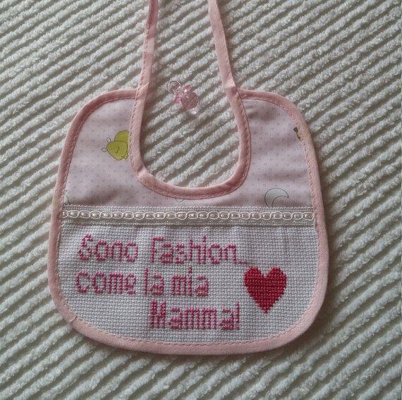 Bavaglino Rosa ricamato a punto croce. Baby- idea regalo. Cross stitch https://www.etsy.com/it/shop/Creativaconagoefilo