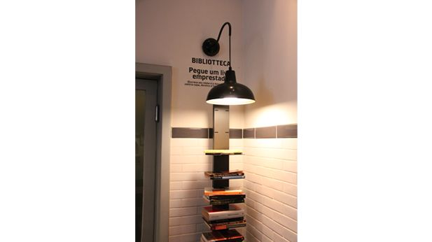 Restaurante em Ipanema - designed by Ricardo Hachiya - tiny biblioteca in restaurant : ricardohachiya