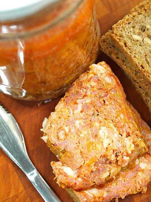 Mocno czosnkowa wiejska konserwa (kiełbasa) słoikowa z Aleksandrowa z dwoma rodzajami czerwonej papryki