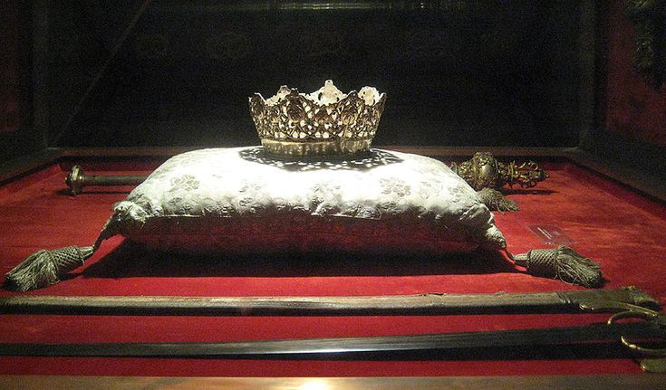 Crown of Isabelle of Castille and Ferdinand of Aragon's sword in Capilla Real, Granada