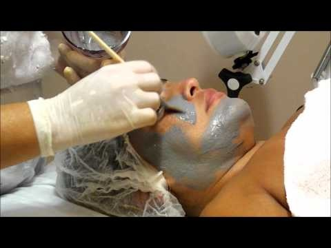Aplicação de máscara de argila cinza. E conforme prometido segue o novo vídeo no meu canal do Youtube!   A argila cinza contém aproximadamente 60% de silício, o que faz com que tenha grande afinidade com a água.