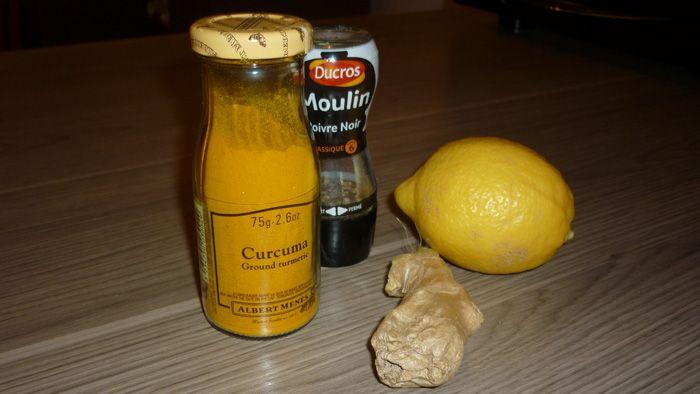Voici une préparation que je bois tous les jours afin de prévenir rhumes et autres petits maux : de l'eau tiède - du curcuma  - une pincée de poivre (qui permet de libérer les bienfaits du curcuma) - Jus d'un 1/2 citron  - des lamelles de gigembre frais à croquer Et hop !