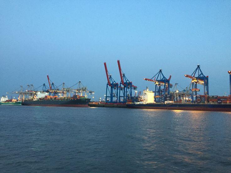 Abenddämmerung im Hafen von Hamburg.