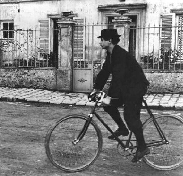 Lo scrittore Alfred Jarry, fondatore della scienza Patafisica e appassionato ciclista