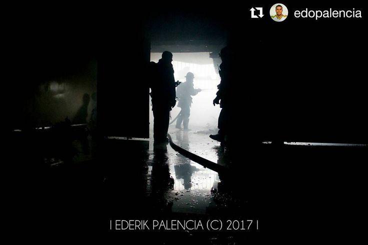 Fotos de @edopalencia Nada apagará el terror causado #ccs #caracas #caracascamina  #2May  Hechos del 2do día de mayo de 2017:  Bomberos calman las fuertes llamas causadas por bombas lacrimógenas disparadas por efectivos de la GNB ante manifestantes del Conjunto Residencial Victoria de El Paraíso Caracas; donde resultaron incendiados 2 vehículos y 3 apartamentos pertenecientes a dicho conjunto.  #Photojournalism #ElParaiso #Caracas #Venezuela #photooftheday