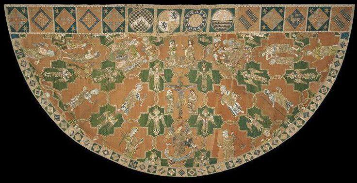 Mantello di Syon (Syon Cope)  Realizzato per l'Arcivescovo di Canterbury nel primo quarto del XIV secolo, il mantello è un esemplare di manto ecclesiastico per cerimonie religiose.   Era originariamente parte di una voluminosa Casula, il paramento principale indossato dal sacerdote per la celebrazione della messa. E ora è conosciuto come il Piviale di Syon e prende il nome dal convento brigidino di Syon nel Middlesex, fondato dal re Enrico V nel 1414-15. È probabile che le monache presero…