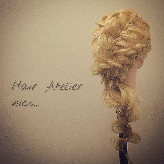 トップ二つ面編み込み 両サイドは裏編み込み 一番右側以外は一つに束ねる 一番右を巻きつけて 最後は細い三つ編みと 太い中ぐらいを 太さをバラバラにして三つ編み 後は太い方だけ散らす  #nico...#くるりんぱ#hair#hairset#hairarrange#ヘアセット#ヘアアレンジ#結婚式ヘア#撮影#ヘアメイク#オシャレ#編み込み#マニキュア#グラデーション#グラデーションカラー#モデル#ヘアスタイル#ヘアカラー#波巻き#ファッション#髪型#アレンジ#instagood#cute#編み込みやり方#アレンジやり方#アレンジ解説#ヘアアレンジ解説