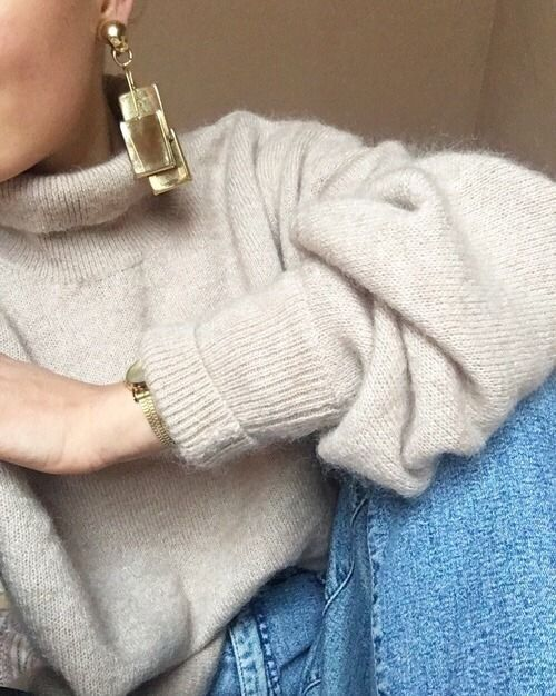 Fuzzy kamelfarbener Pullover, der in Jeans gesteckt ist, um Ideen für Kleiderschränke in Winterkapseln zu erhalten.