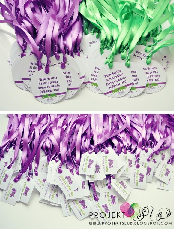 zawieszki na alkohol i karteczki do podziękowań dla gości na fioletowo zielone wesele z motywem motoru