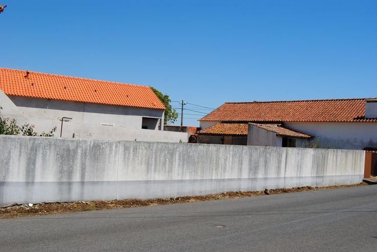 Lote de terreno para construção c/ 380 m2 - Olho Marinho - Óbidos  Localizado à entrada da povoação, todas as infra-estruturas, murado, grande frente para a Rua.