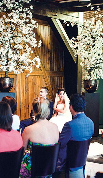 Herinneringen ophalen tijdens de speech van de trouwambtenaar in de trouwzaal van Mereveld. Hoe hebben jullie elkaar ontmoet? #Mereveld Utrecht in TOP 5 populairste trouwlocaties van Nederland!