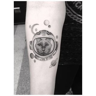 Este gato que está pronto para decolar.   21 tatuagens espaciais que são totalmente de outro mundo