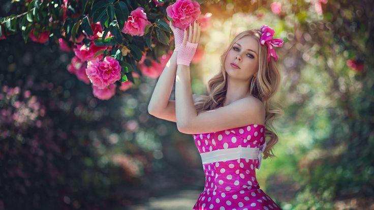Скачать обои стиль, цветы, камелии, горошек, модель, платье, раздел девушки в разрешении 1366x768