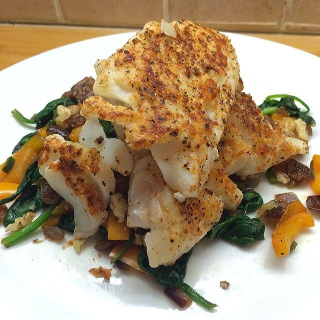 #leanin15 Cod Fillet  with red onion, spinach, pepper, raisins and walnuts!
