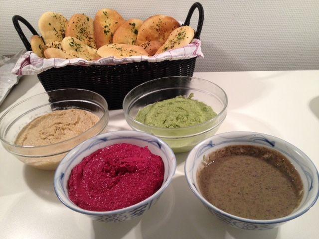 I dag har jeg lavet lidt forskellige slags humus, en rødbede, en edamama, en sort bønne og en alm humus. De er perfekte til de friskbagte nanbrød. Rødbede: 3 stk. kogte rødbeder 1 1/2 spsk. tahini 3-4 spsk. citronsaft 1-2 fed hvidløg Olivenolie salt Blendt det hele og smag til. Edamame: 1/2 pose edamame bønner…
