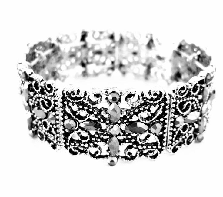 Na onda da moda Boho Chic esta linda pulseira com detalhes em arabesco e strass. Uma mistura de hippie chic com boêmio e dá um ar de produção vintage.. Fica ótimo com qualquer produção!