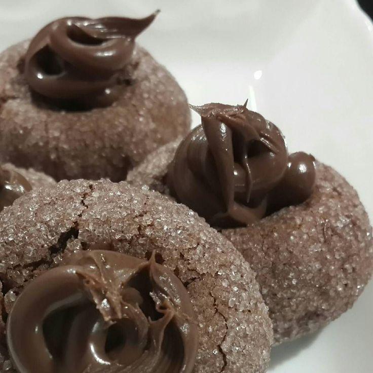 En güzel mutfak paylaşımları için kanalımıza abone olunuz. http://www.kadinika.com Biraz geç kaldık ama biz geldik  Kurabiyenin tarifi Oktay Usta'dan 1 pkt oda sıcalığında margarin 1çay b pudra şekeri 1pkt vanilya 1pkt kabartma tozu 1yumurta 2-3çorba k kakao 3.5-4su b un bulamak için toz şeker üzerine tüp çikolata. Bir kaba margarin ve pudra şekerini alıp iyice karıştırıyoruz yumurtayı ekleyip krema kıvamına kadar karıştırıyoruz.Vanilya kakao ve kabartma tozunu ekleyip unu yavaş yavaş…