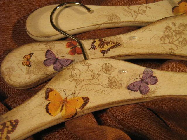 Wieszaki ubraniowe, zdobione ręcznie metodą serwetkową.