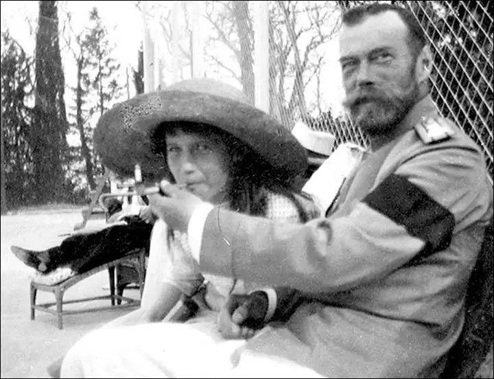 Zar Nicolás II enseña a su hija Gran Duquesa Anastasia a fumar.Imagen: Museo de Historia de la Ciudad de Zlatoust