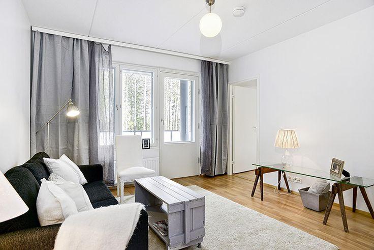 Tyylikkään pelkistetty olohuone espoolaisessa kerrostaloasunnossa.