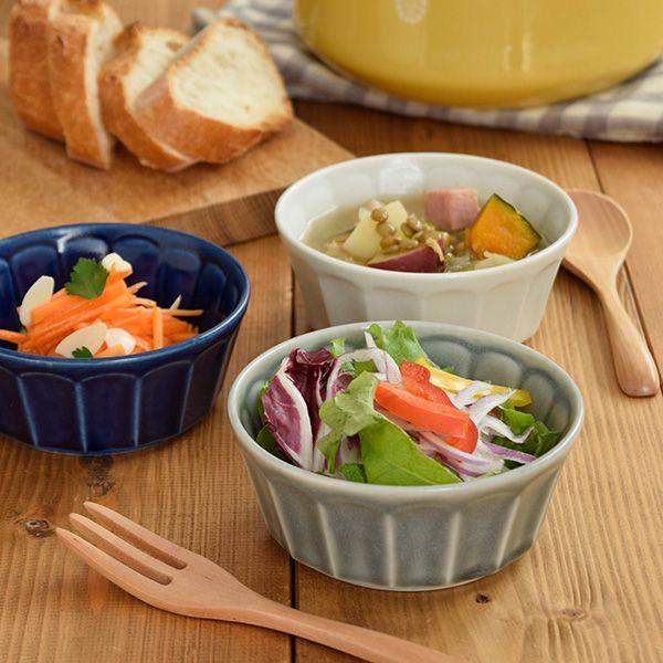 商品説明    大人気の「しのぎお花」シリーズにボウルが登場!  マットなグレーがシックでオシャレ。 ニュアンスカラーがインスタグラムなどのSNSでも人気です。   こちらのボウルは深さがあり、スープカップとしても使える形。他にサラダやシリアル、ヨーグルトやデザート、和え物などの副菜鉢としてもお使いいただけます。   商品詳細     サイズ/口径11.5×高さ4.8cm 重さ/約209g(商品により誤差があります。) 容量/約300cc(満水) 素材/磁器 質感/マット(ラップは付きません) 生産地/日本(美濃焼)  電子レンジ、食器洗い機使用可 オーブン(直火)不可  ※サイズは全て外寸になります。    ご注意   ※ピンホール(針で刺したような小さな穴)、ボロ(小さな突起)などが見られる場合がございます。 ※全体に細かい結晶の粒が入っており、釉薬の濃淡やムラがございますがこちらの商品の特性となります。 ※同じシリーズでご購入の場合、色味が異なる場合がございます。  ※お客様のお使いのモニター設定、お部屋の照明等により実際の商品と色味が異なって見える場合がございます。…