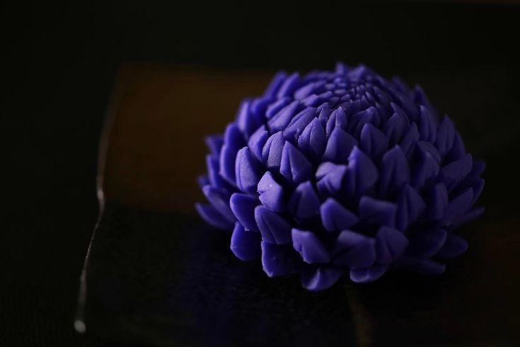 """今日の和菓子はねりきり で作った #菊 です。 ねりきりとは白餡に餅や芋を混ぜて作った和菓子で 茶道 で使われる「上生菓子」の一種です。 #撮影 用に作成しました。 苦手な針切りですが6月のセミナーのリクエストですので練習してみました。 Today's wagashi is #chrysanthemum made with Nerikiri. The Nerikiri is the material of wagashi made by mixing the rice cake and yam in white bean. Is a kind of """"Jounamagashi"""" as used in the tea ceremony. The sweets I've made for the shooting. #和菓子 #上生菓子 #練切 #煉切 #ねりきり #miam #お菓子 #茶道 #デザート #bio #器 #豆皿 #Nerikiri #wagashi #sweets #dessert #patisserie #cuisine #creation #kawaii…"""