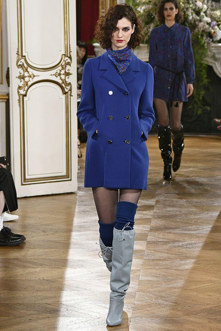 """PFW - As botas são as queridinhas do inverno, e na semana de moda de Paris, a versão """"enrugada"""" ganhou destaque em diversos desfiles. Aposte em tecidos maleáveis e com texturas ou brilhos.  A Adina traz: Camurça, Suede e Veludo Cristal.  Imagem: Vanessa Seward"""