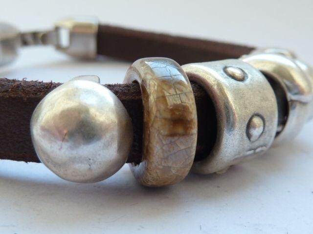 náramek ... lehce asymetrický ... ;o) náramek vytvořený z extrasilné kůže 10x7 mm v soft provedení v parádní hnědě čokoládové barvičce; doplněn je ž komponenty ...5 x kovový komponent neobsahující nikl, postříbřený vyrobeno v EU1 x ručně vyrobený keramický komponent glazovaný vyrobeno v EUdoplněný kvalitním masivním zapínaním ze stejného materiálu jako ...