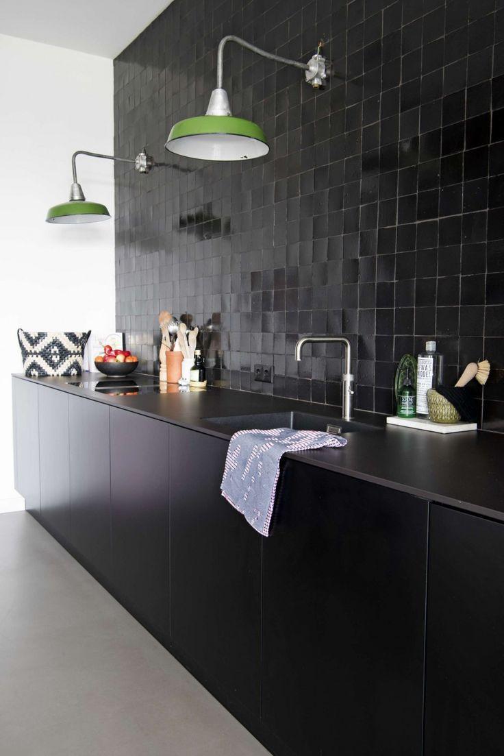 zwarte keuken met zwarte tegeltjes en groene vintage lampen black kitchen with