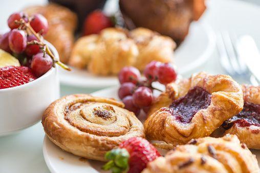 Prima colazione continentale-Brioche alla cannella, panini, pasticcini danesi, muffin, frutta fresca - foto stock