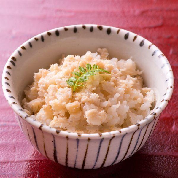 """日本料理 舞の斎藤 雅彦シェフ考案レシピをご紹介(^o^)/  炊飯器でできる鯛生姜ごはん。 酸味のあるガリ生姜を使用しますが、決してすっぱくならず、爽やかな仕上がりになります。 冷めてもおいしいのでお弁当にも活躍しそう。  【""""逸品レシピ""""はこちら】 http://www.chefgohan.com/ippin/27/#1  【レシピ詳細はこちら】 http://www.chefgohan.com/card/detail/2453 - 120件のもぐもぐ - 鯛 ガリ生姜ごはん by シェフごはん"""