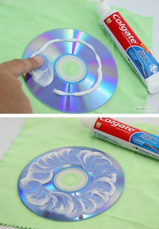 ¿Quién sabía que se podía reparar pequeños arañazos con pasta de dientes? En primer lugar, lavar el CD con un jabón suave y agua, luego frotar la pasta de dientes en un movimiento circular, deje reposar por unos minutos y luego enjuague con agua fría. Suena extraño, pero funciona!