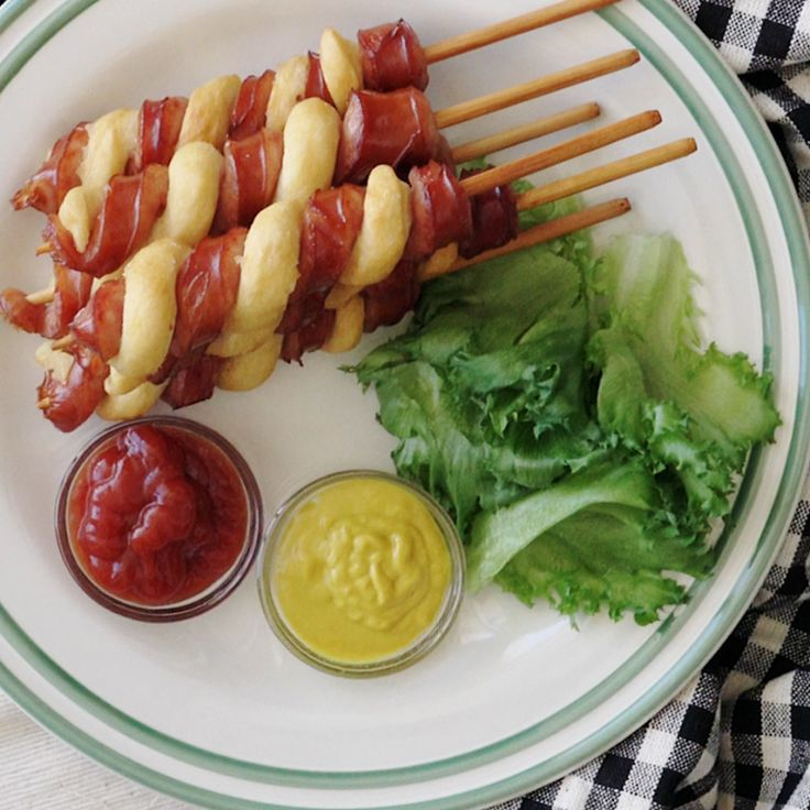 Recipe with video instructions: How to make a 'tornado' hot dog. Ingredients: 4 hot dogs, 100 g pancake mix, 2 tbsp water, vegetable oil
