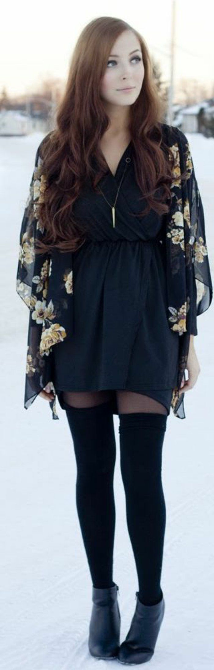 un look romantique en noir, de la soie élégante et un modèle de chaussette haute en coton très simple