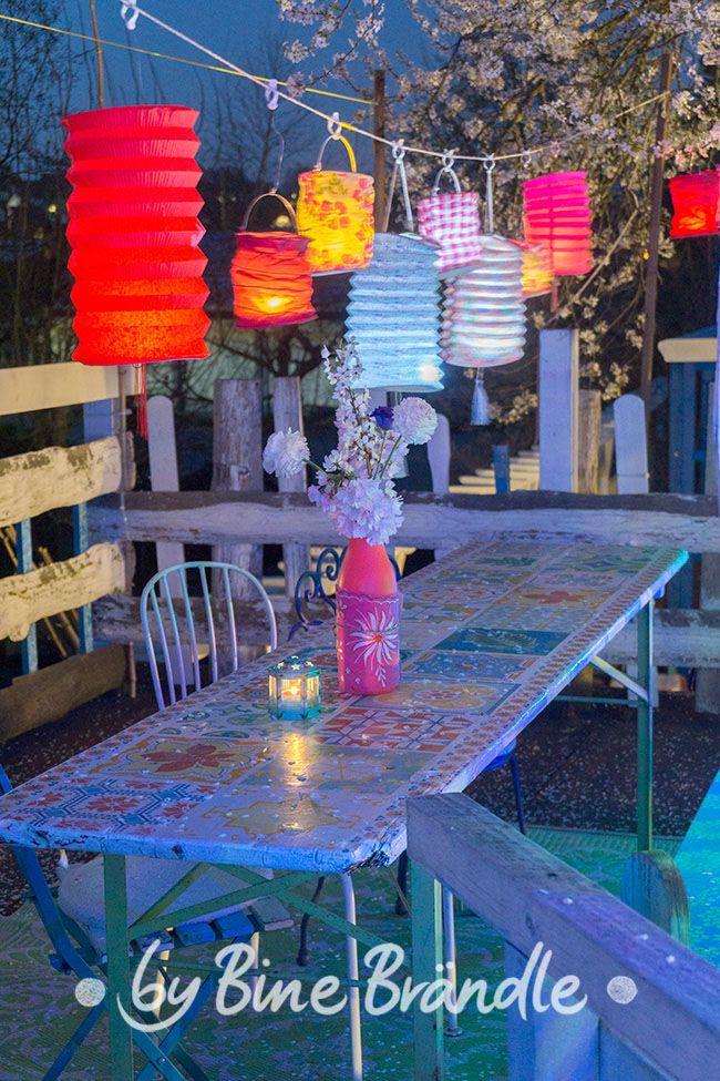 Kleine Papier Lampions Hangen Uber Dem Gartentisch Eine Marchenhafte Deko Fur Eine Fruhlingsparty Oder Ein So Gartentisch Gartenparty Deko Geburtstag Lampions