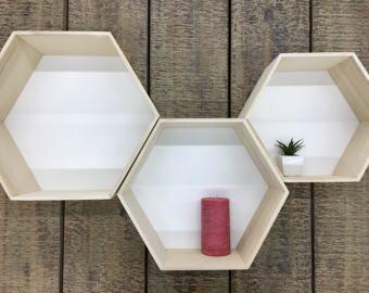 Ik hou van ze!  Overzicht  Onze rustieke houten planken opslaan en weergeven van uw favoriete fotos, kaarsen en nog veel meer. Maak uw eigen kunstgalerie met deze veelzijdige planken in de woonkamer, slaapkamer of zelfs een hal.  Vervaardigd van teruggewonnen ash tree hout, zijn deze planken een vriend voor het milieu... en bij u thuis. Schappen worden afzonderlijk verkocht, maar ze zien er prachtig samen, geplaatst op verschillende hoogtes.  • Teruggewonnen ash tree hout. • Display fotos…