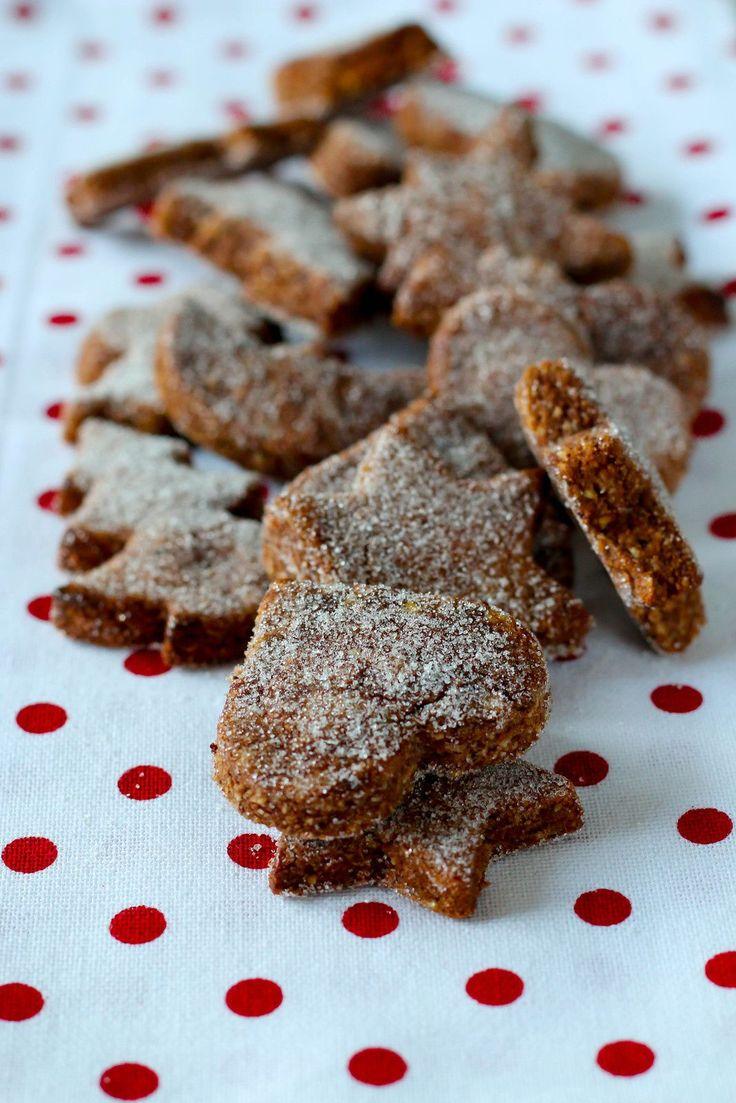 """Le brunsli ou """"petit brun de Bâle"""" est un biscuit au cacao typique de cette ville suisse. Préparé avec du cacao, et de la poudre d'amandes, il est aromatisé à la cannelle et au kirsch. Pour 40 biscuits environ Préparation : 5 minutes Cuisson : 4 minutes..."""