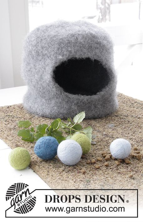 Felted house and balls for your cat, knitted in DROPS Eskimo. Free pattern by DROPS Design.
