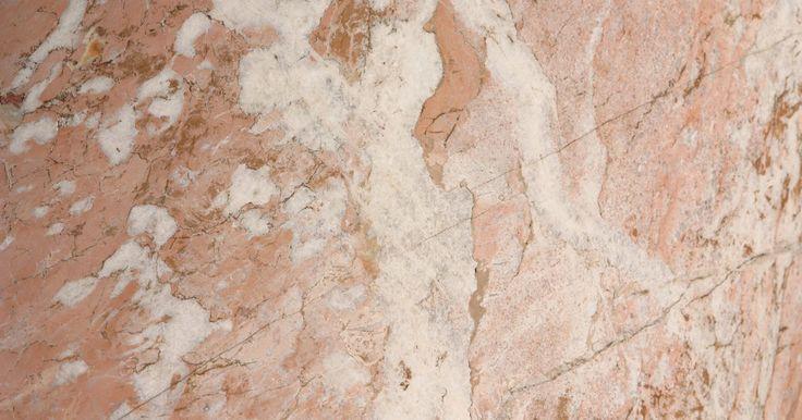 Cómo limpiar mármol sintético . El mármol sintético, también llamado mármol cultivado, es un material moldeado hecho de alrededor de 75 por ciento de polvo de mármol. Es mucho menos costoso que el mármol real y es ideal para baños y cocinas, mientras que el mármol real es más probable que se dañen o se manchen. Mármol sintético es tan resistente como el mármol real, pero si lo ...