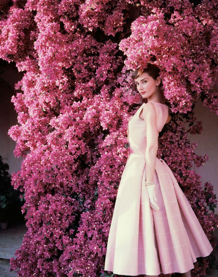 Audrey Hepburn, trajando um vestido plissado de Hubert de Givenchy, fotografada por Norman Parkinson. (1955)