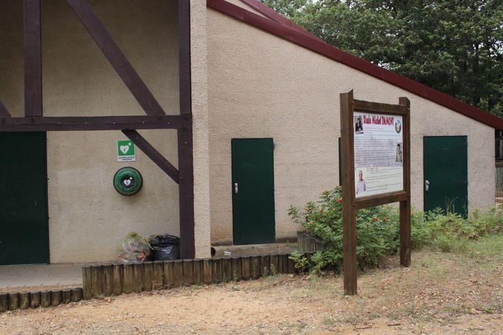 La Commune possède deux défibrillateurs, l'un est situé à l'extérieur à côté de la Salle des Association 4 rue de la Chapelle Saint Rémy.  L'autre se situe sur le mur extérieur des vestiaires du Foot, chemin du Stade.
