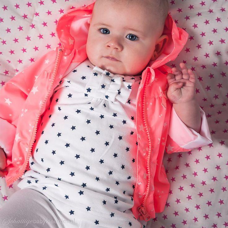 Zoekt u een schattig baby zomerjasje van Dirkje? Dit fel koraal jasje met witte sterretjes heeft een capuchon en is getailleerd. Goedkoop, achteraf pas betalen.