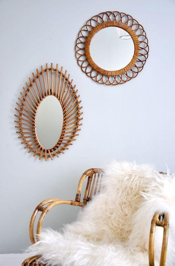 Deux miroirs en rotin sur un mur blanc a la maison il y for Decoration sur verre et miroir