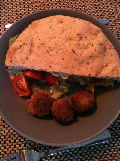 Falafel, naan en groenten, glutenvrije naan gebruiken