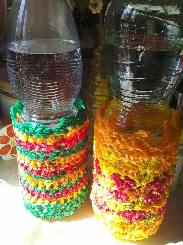 Portabottiglie crochet con riciclo buste di plastica colorate..
